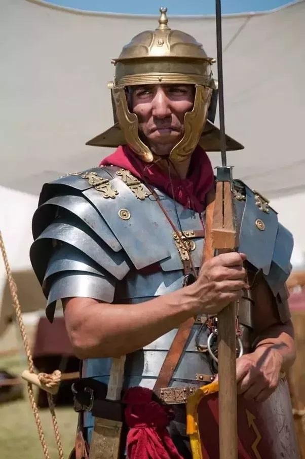 Ricostruzione fedele dell'equipaggiamento di un legionario romano