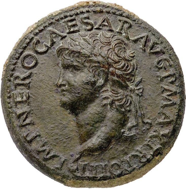 Il dritto del sesterio neroniano mostra un superbo ritratto dell'imperatore (bronzo; mm 35,5; g 26,7)