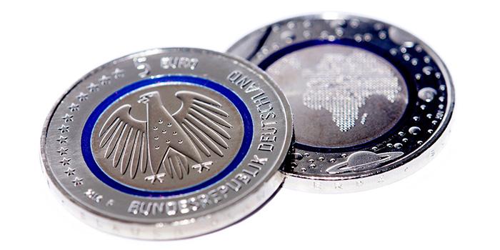I 5 euro dedicati al pianeta Terra da Berlino nel 2016, prima moneta plastico-metallica in assoluto dell'Eurozona