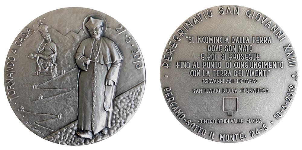 Raffigura Roncalli in cammino verso i suoi monti, la bella medaglia creata da Luigi Oldani