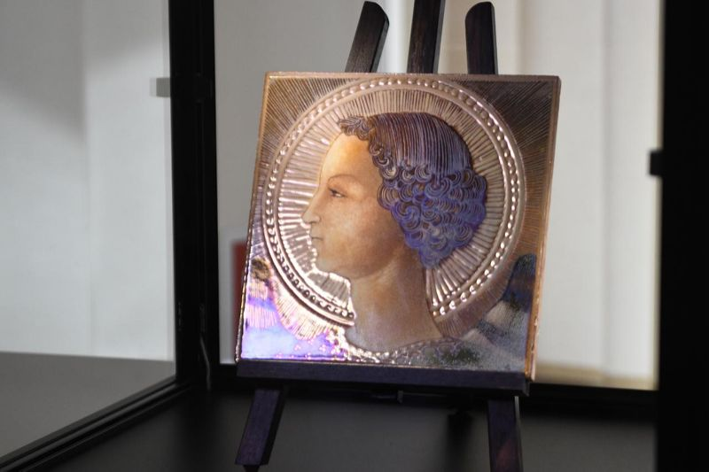 La quadrella in ceramica invetriata che si è scoperto essere la prima opera certa del genio rinascimentale
