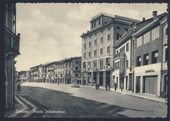 Cartolina del secondo dopoguerra che mostra Piazza Indipendenza a Latisana, dove in passato sorgeva l'abitato di Sottopovolo