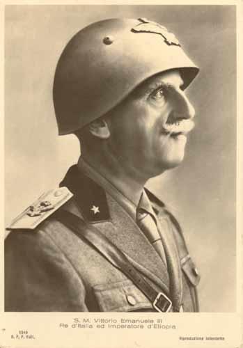 Cartolina fotografica di Vittorio Emanuele III in uniforme ed elmetto con le insegne di primo maresciallo dell'Impero