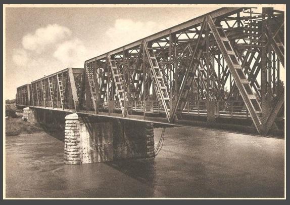 Questa cartolina del ponte ferroviario di Latisana mostra come, sia nel passato remoto che in quello recente, la storia della località friulana sia stata profondamente legata alle acque