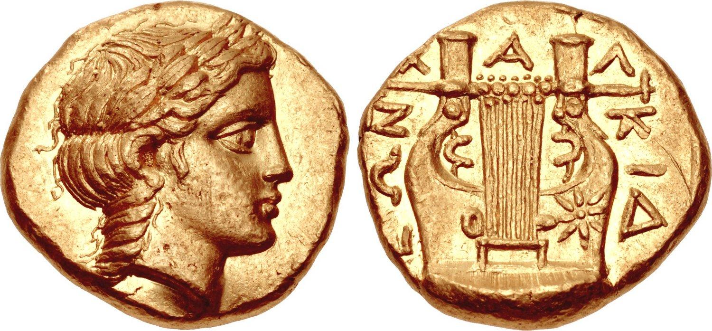 """Lo statere di Olinto (oro; mm 17; g 8,62) coniato nel 365-359 o nel 357-348 con al dritto il ritratto di Apollo e al rovescio la """"khitara"""""""
