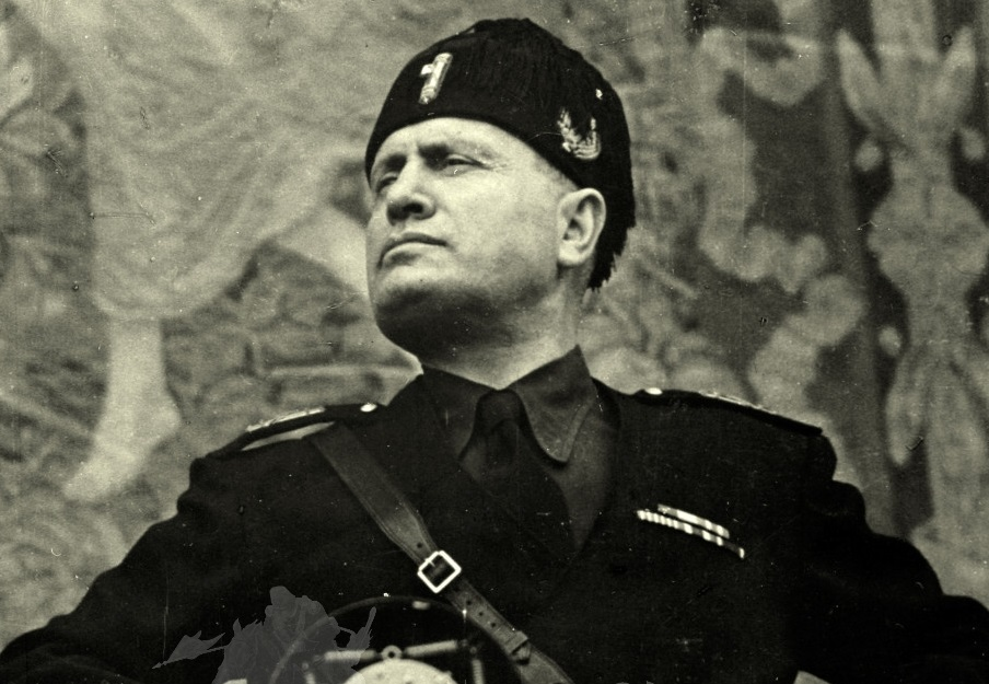 Benito Mussolini durante uno dei suoi discorsi