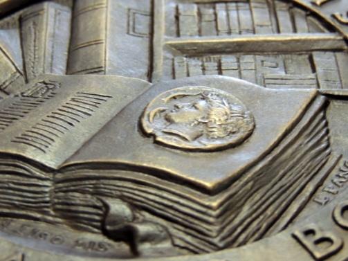 Un dettaglio della medaglia realizzata da Picchiani & Barlacchi che permette di apprezzare gli alti rilievi del modellato