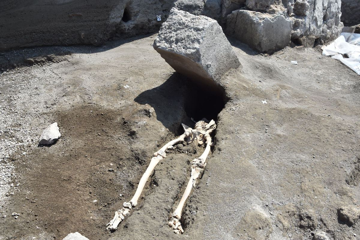 Colpito al capo da un'enorme pietra: questa la fine di un giovane, vittima dell'eruzione del Vesuvio tornata alla luce dagli scavi