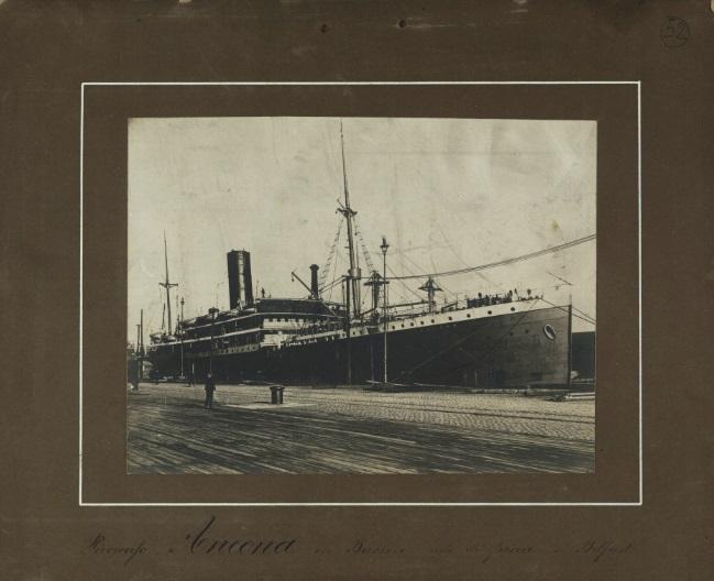 """Una rara foto d'epoca del piroscafo """"Ancona"""" alla fonda in porto"""