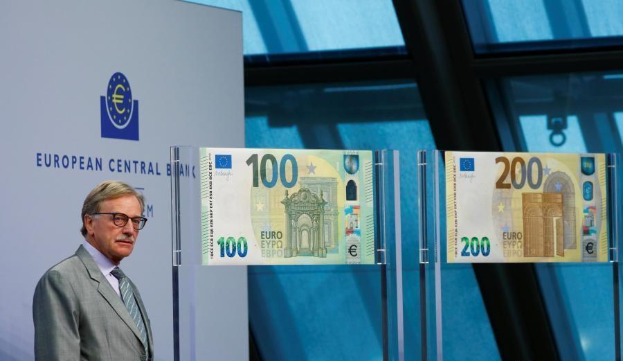 Yves Mersch, del Diretivo BCE, presenta i nuovi 100 e 200 euro a Francoforte