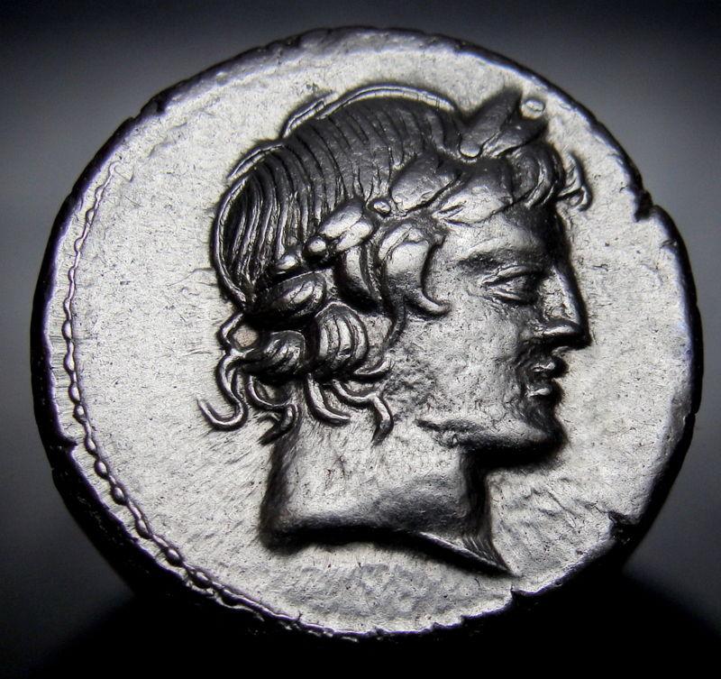 Il profilo di Apollo sul dritto del denario dell'82 a.C. coniato a Roma da L. Marcius Censorinius