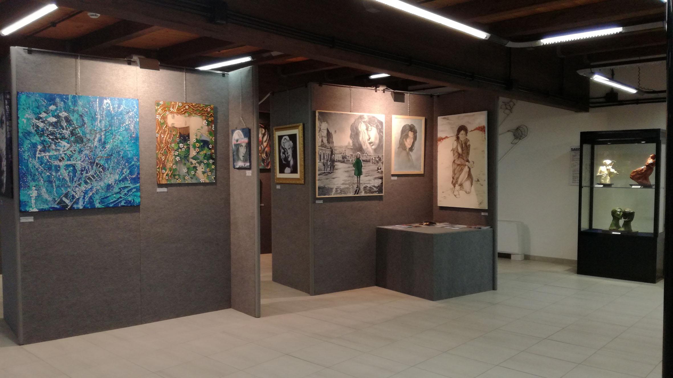 Uno scorcio della mostra dedicata al cinema con omaggi fra pittura, scultura e arte della medaglia