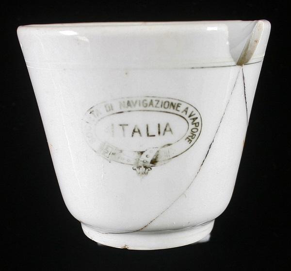 """Per ora niente oro: dal relitto della nave """"Ancona"""" solo pochi oggetti fra cui questa tazzina da caffè"""
