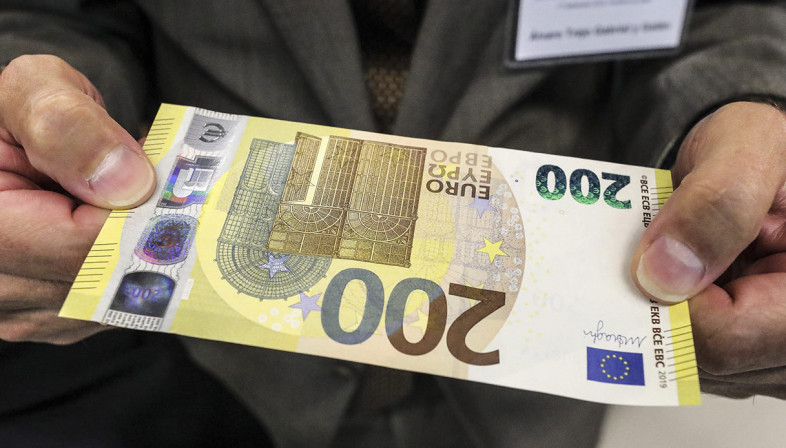 Saranno firmate Mario Draghi le banconote dei primi contingenti stampati da 100 e 200 euro