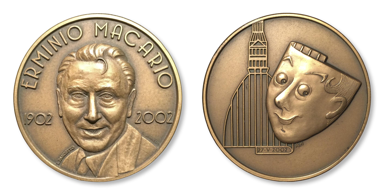 La medaglia del Premio speciale Erminio Macario modellata da Loredana Pancotto (bronzo, mm 50)