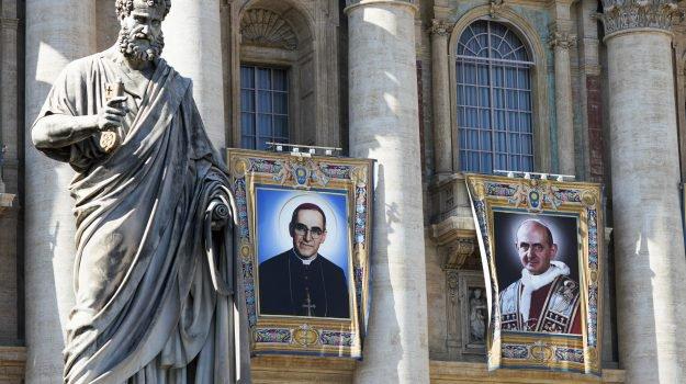 Il drappo col ritratto di papa Montini in San Pietro; alla sua sinistra quello dell'arcivescovo del Salvador Oscar Romero