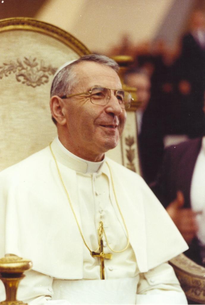 Un'immagine, guarda caso, sorridente, di papa Giovanni Paolo I