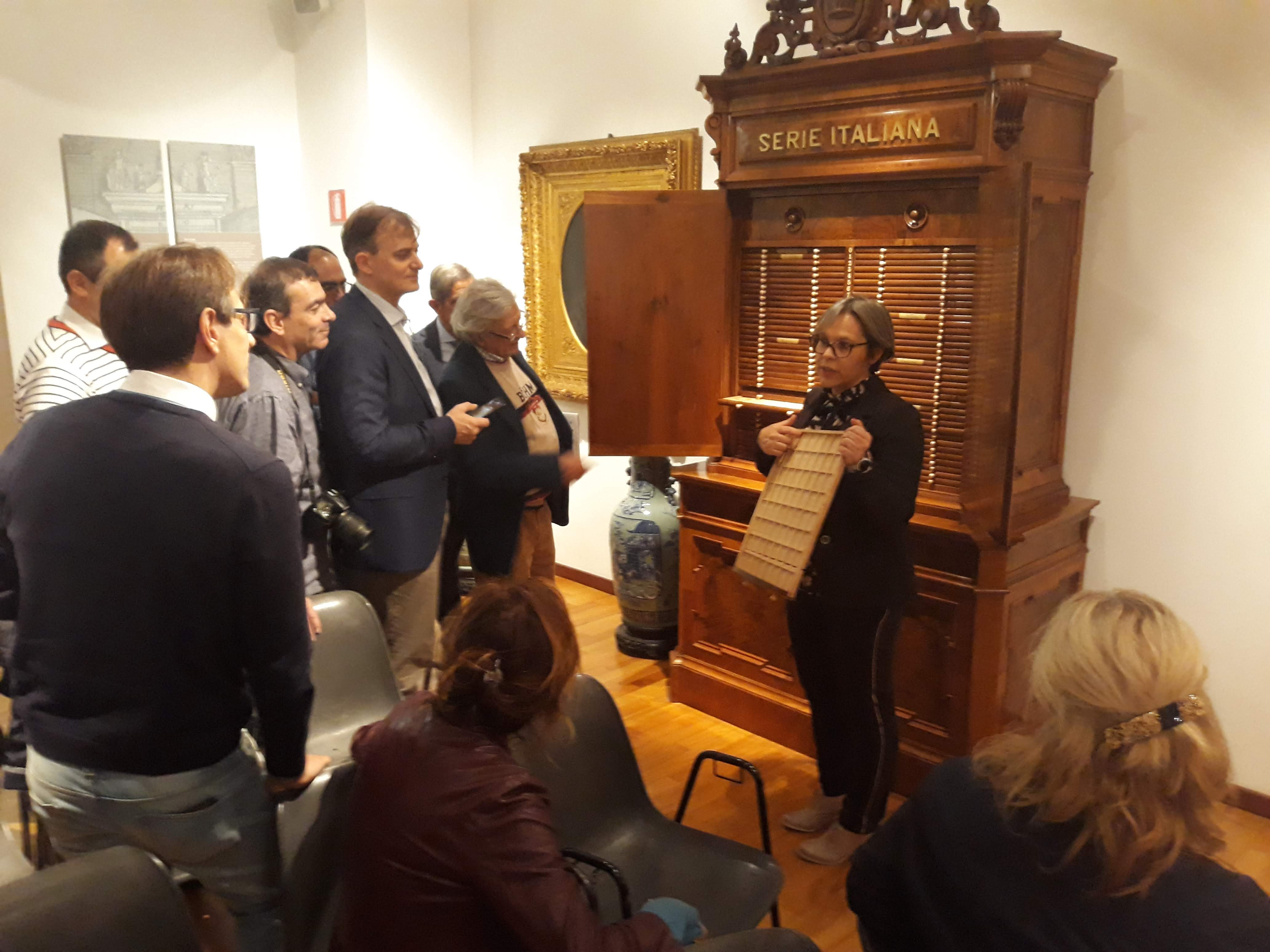 """La dottoressa Valeria Vettorato svela ai presenti alcuni del """"segreti numismatici"""" della collezione Bottacin"""