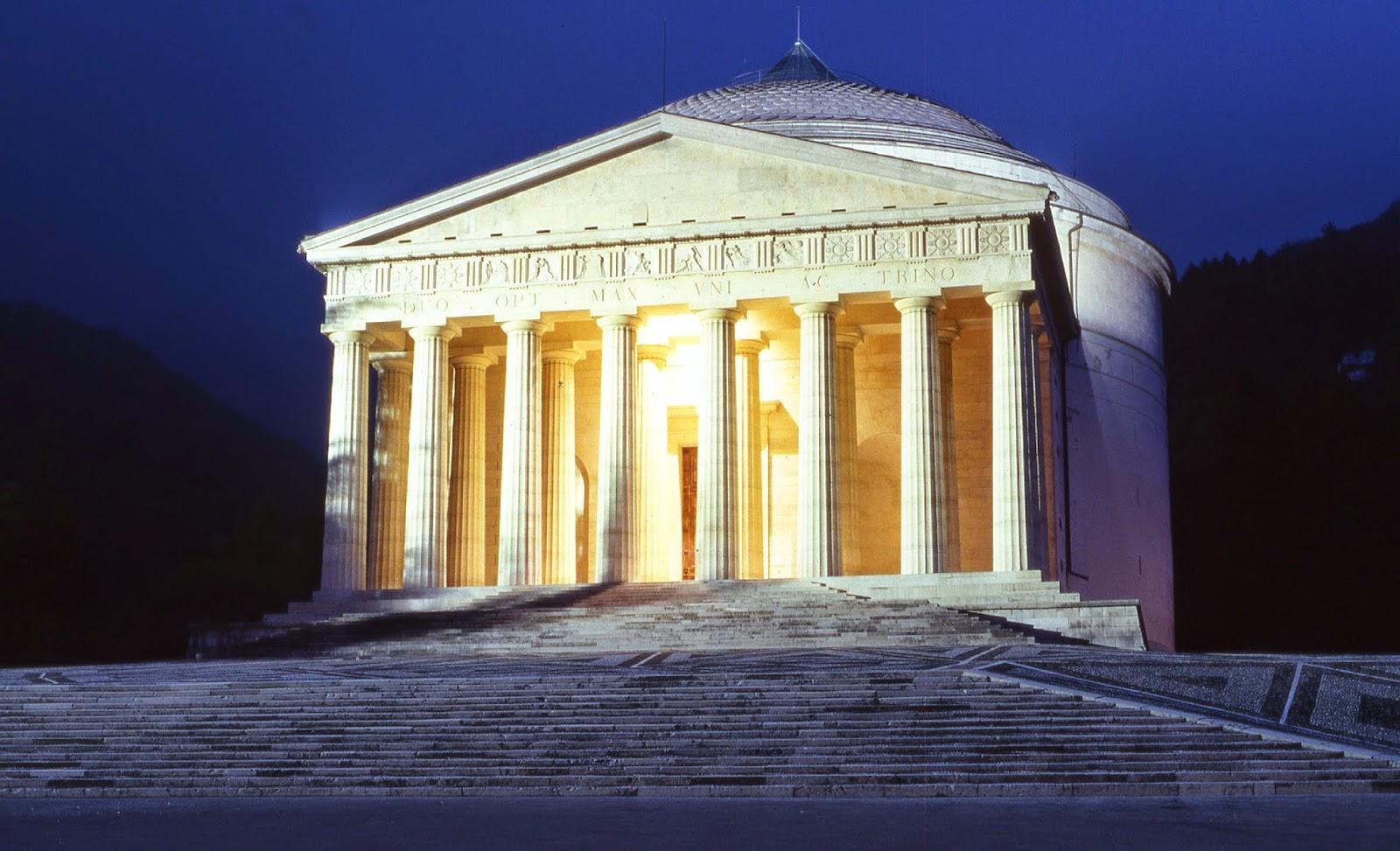 Una suggestiva veduta notturna del Tempio canoviano di Possagno