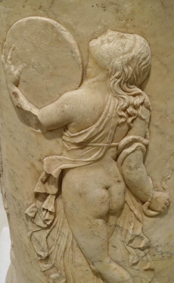 Menade danzante: bassorilievo dal teatro di Italica (Spagna), età augustea. Museo archeologico di Siviglia