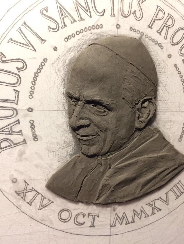 Il ritratto di san Paolo VI durante la modellazione in plastilina