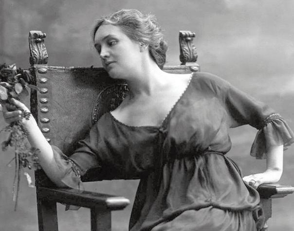 Un'altra sensuale immagine fotografica di Sibilla Aleramo, una delle massime esponenti della cultura femminista italiana del Novecento