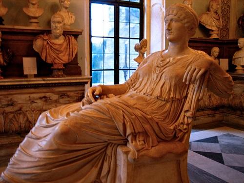 Scultura a figura intera di Elena seduta, oggi ai Musei Capitolini