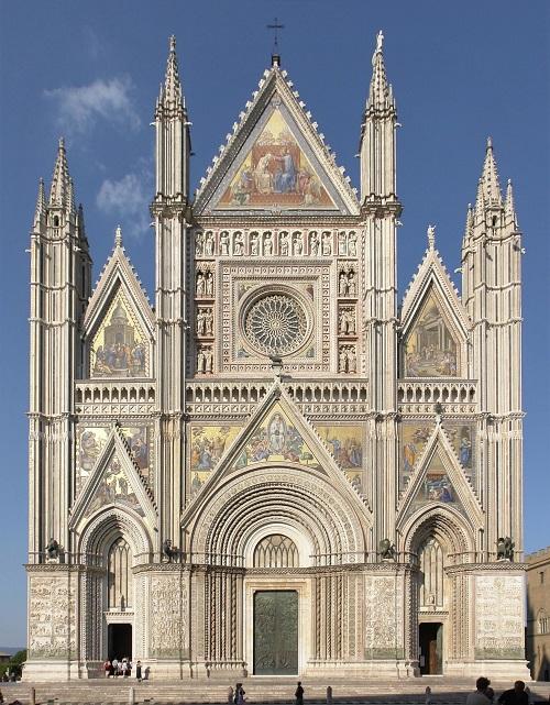 La splendida facciata del Duomo di Orvieto, danneggiata dal sisma del 1832 e riportata all'originario splendore di marmi e mosaici
