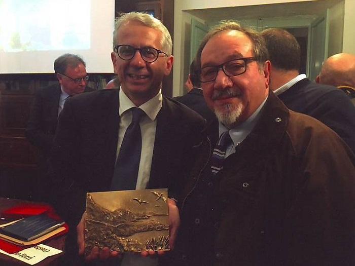 """Il maestro Vincenzo Dino Patroni (a destra) con l'on. Cosimo Ferri che ha ricevuto il Premio """"Nunù Calabretta"""""""