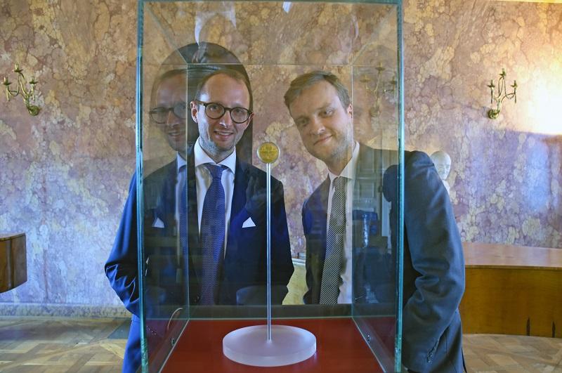 Il tallero dell'alchimista torna a Weimar e Sebastian Dohe, conservatore delle opere fino al 1650 del Klassik Stiftung di Weimar, appare entusiasta dell'aggiunta alla collezione, per merito di Ulrich Künker
