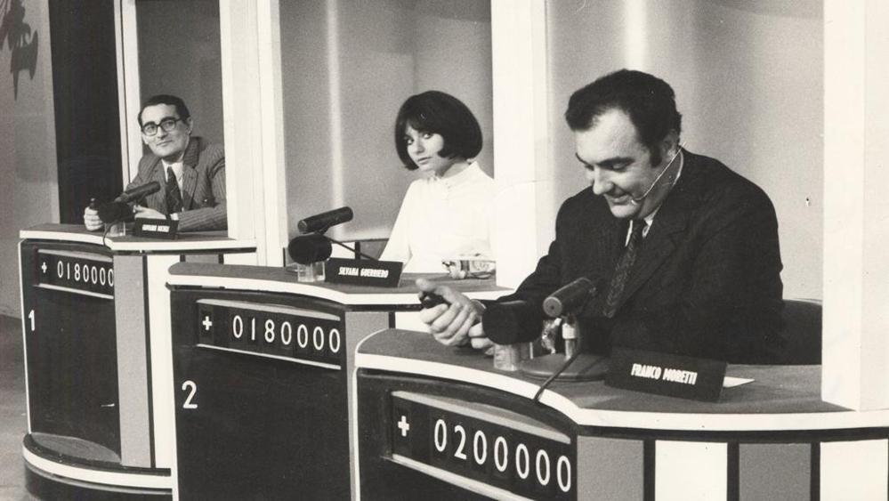 """Un'immagine di """"Rischiatutto"""", celebre quiz Rai condotto da Mike Bongiorno dal 1970 al 1974 e in cui i premi venivano conferiti ai vincitori non in denaro ma sotto una diversa forma: i gettoni d'oro"""