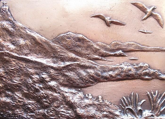 """Dal """"Cristo""""che domina la baia alle spiagge, dalla flora alla fauna: l'essenza di Maratea e della sua natura si specchiano nella placca in bronzo di Patroni"""