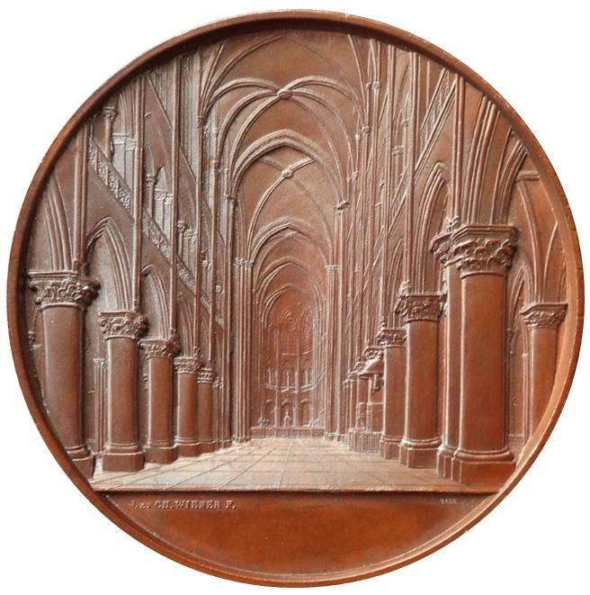 Il complesso intreccio di arcate e colonne dell'interno della cattedrale parigina