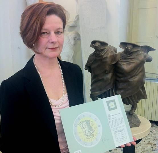 L'artista Luciana De Simoni, nel 2014, con il bozzetto dei 2 euro per il bicentenario dei Carabinieri