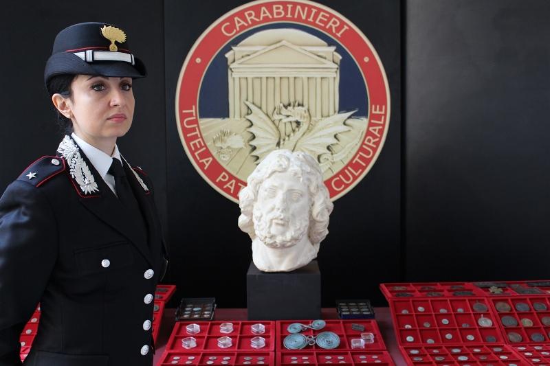 Carabinieri per la cultura: l'immagine di un recupero di monete e reperti archeologici effettuato nello scorso novembre