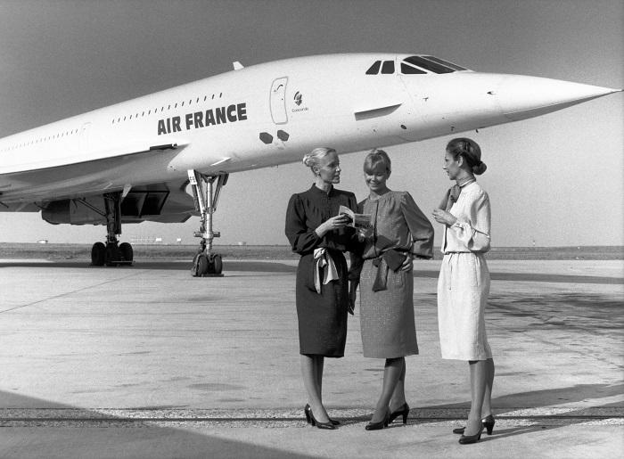 Il Concorde nella pubblicità di ieri e, oggi, il Concorde in moneta: foto pubblicitaria di Air France degli anni '70 che accosta la bellezza dell'aereo al fascino delle assistenti di volo