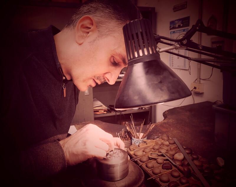 Il maestro Gabriele Di Maulo alla rifinitura a bulino del punzone di dritto