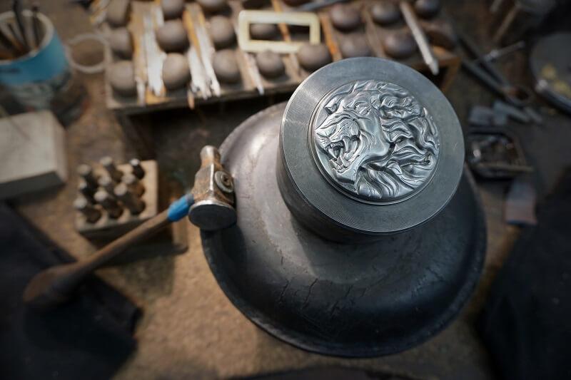 Immagini di un'arte antica che vive nel presente: il punzone finito con il leone ruggente