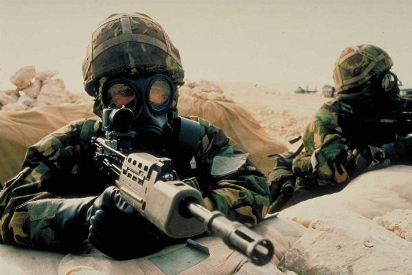 """Soldati del SAS in Iraq nel 1991: anche nel loro equipaggiamento si trovavano sterline """"salvavita"""""""