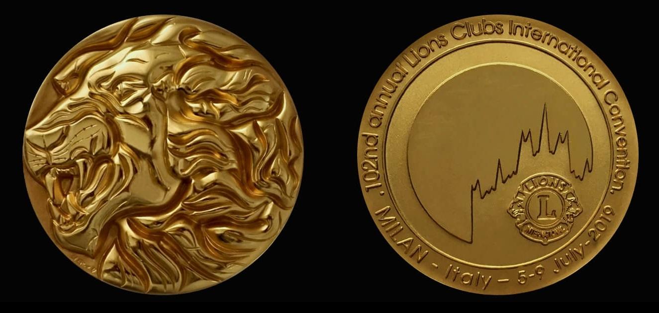 Un leone in medaglia, in tutto il suo splendore, e il Duomo di Milano con il simbolo dei Lions Club