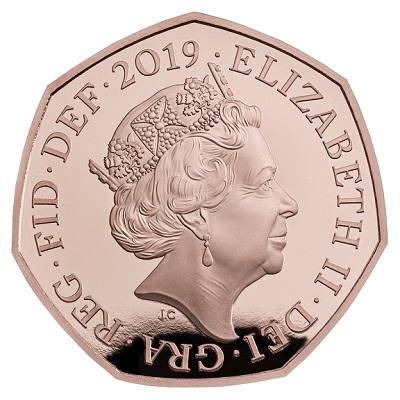 Quattro monete per Sherlock Holmes: il dritto con Elisabetta II coronata