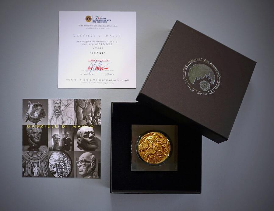 Molto curata la confezione della medaglia di Di Maulo che, tramite i delegati Lions, arriverà in tutto il mondo