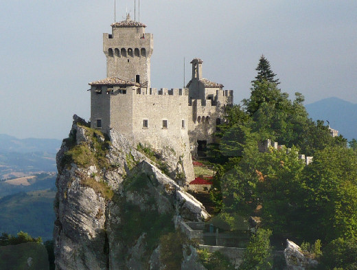 """La Seconda Torre o """"Fratta"""" svetta a 756 metri di altitudine, sulla vetta del Monte Titano"""