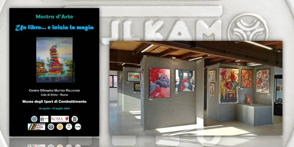 """Il manifesto della mostra d'arte """"Un libro… e inizia la magia"""" e uno scorcio della mostra al primo piano del Museo"""
