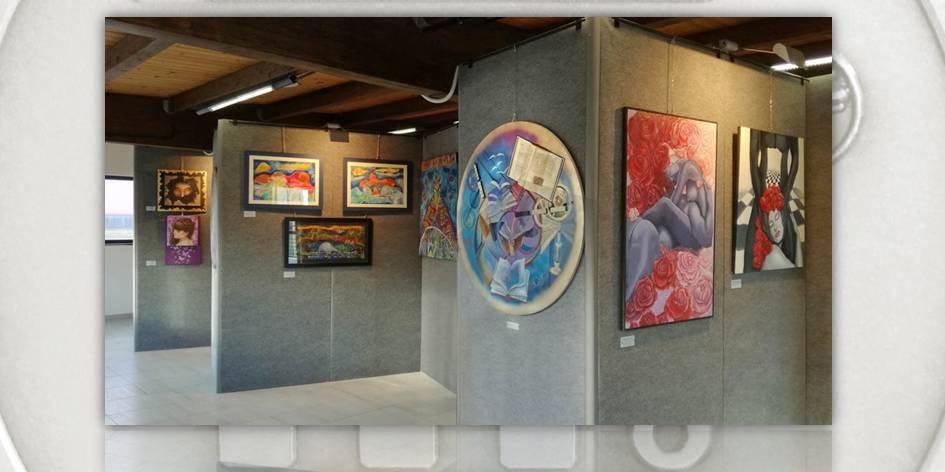 Un'altra veduta della mostra collettiva al primo piano del Museo: uno spazio espositivo nato in ambito sportivo ma da sempre aperto alle arti
