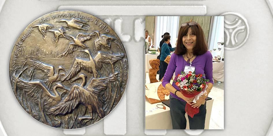 """Silvia Girlanda, """"Come gli augei che vernan lungo 'l Nilo"""", bronzo fuso, Ø 170 mm; a destra, l'artista autrice della medaglia"""