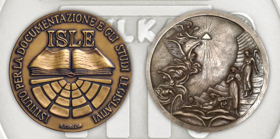 """A sinistra Roberta Rubegni, dritto di medaglia per ISLE, bronzo coniato, Ø 35 mm; a destra Carla Pomponi, §""""Ricerca della beatitudine"""", bronzo fuso, Ø 240 mm"""
