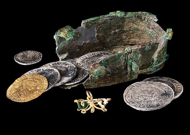 Una scatola metallica, 34 monete e un gioiello: ecco il tesoretto di Digione