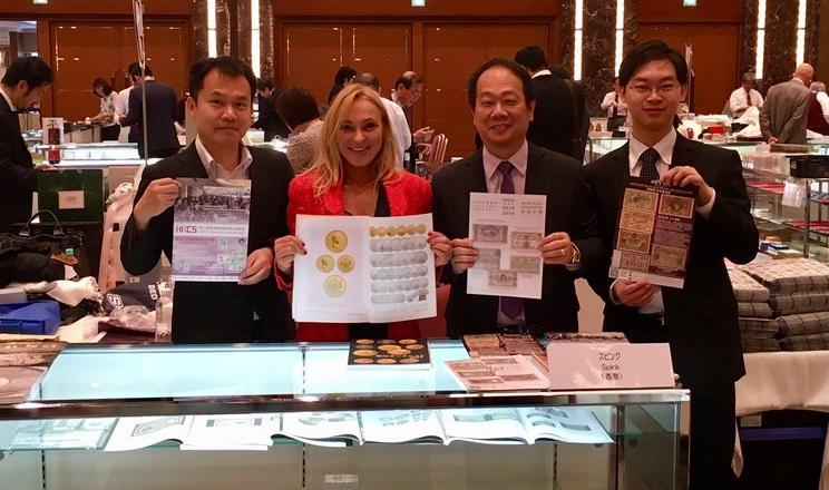 Muriel Eymery con alcuni operatori e clienti durante una recente convention numismatica in Estremo Oriente