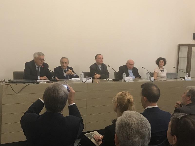 Mario Limido, in rappresentanza di Quelli del Cordusio, presenta l'iniziativa ai dirigenti dell'Ambrosiana